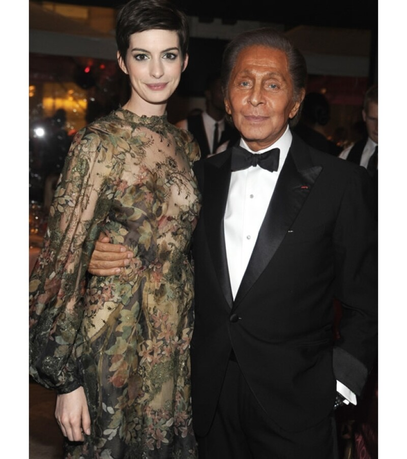 El leyenda italiana declaró durante la gala del Ballet de Nueva York que en sus manos estará el vestido de novia de la actriz Anne Hathaway.