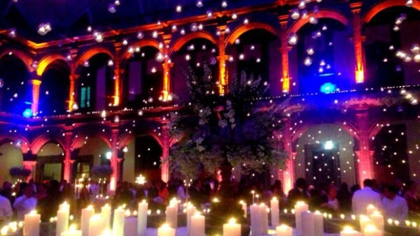 La conductora de televisión y el publicista Gustavo Guzmán celebraron su enlace matrimonial en el Ex Covento de las Vizcaínas. Al evento acudieron 1000 invitados.