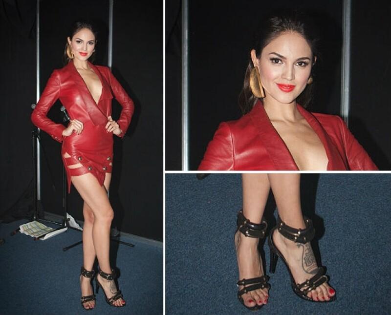 Eiza con un vestido de piel y zapatos Anthony Vaccarello. Aretes de Juan Carlos Obando.