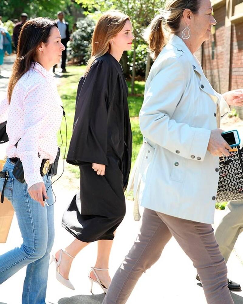 """A unos días de su graduación, circulan imágenes que evidencian que la actriz estuvo protegida durante el evento universitario por una mujer de seguridad """"disfrazada"""" de estudiante."""