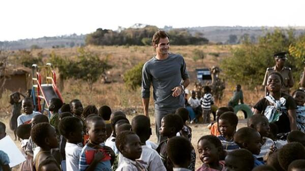 El tenista se recupera de su reciente derrota, al ser vencido en Wimbledon por Novak Djokovic, junto a niños en África, a los que su fundación apoya.