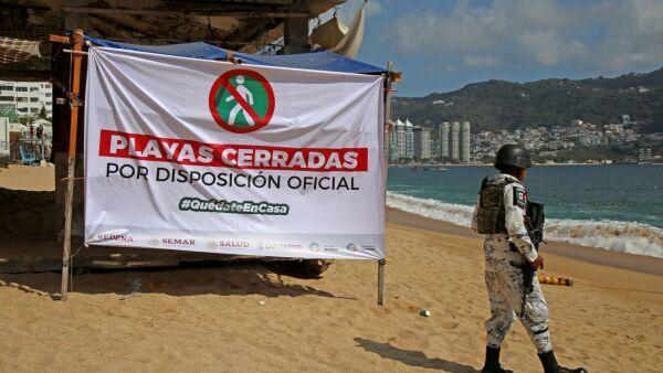Aspectos de playas cerradas en Acapulco.