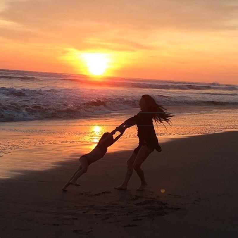 Ines y su hija jugando en el mar.