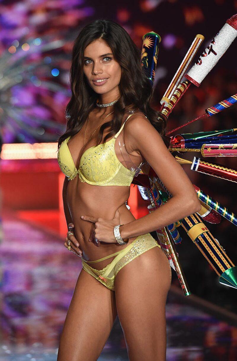 Sara Sampaio revela que tener un cuerpo listo para el runway no es tarea fácil, pero una dieta de 10 días la ayudó a verse de envidia con sus alas.
