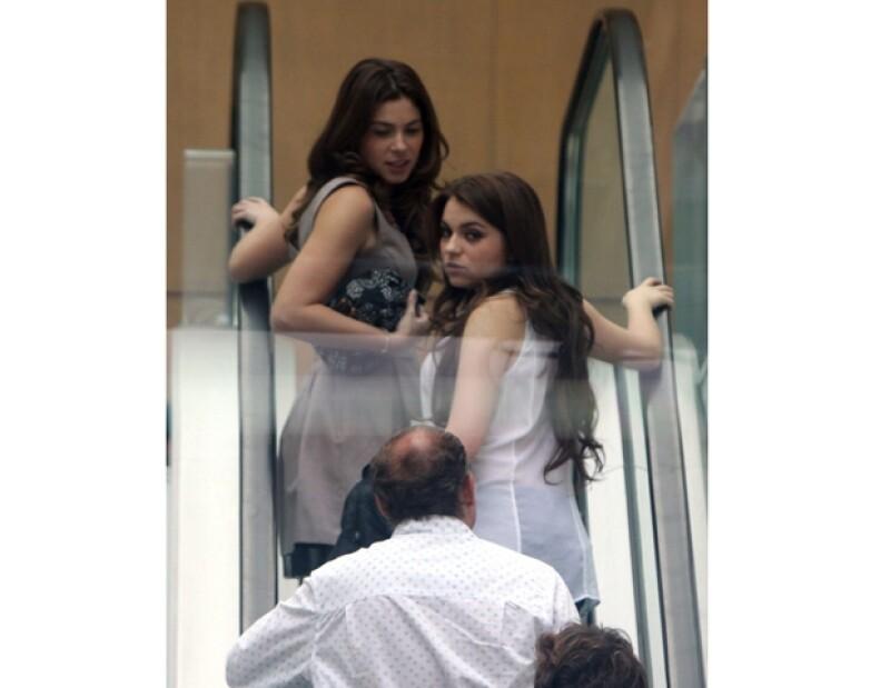 Thelma y Sofía fueron fotografiadas cuando subían las escaleras del centro comercial.