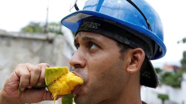 Desde niños hasta padres de familia, la gente en Venezuela lanza piedras a los árboles para comer esta fruta.
