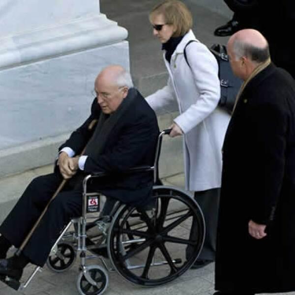 El ex vicepresidente de EU llegó en silla de ruedas al Capitolio.