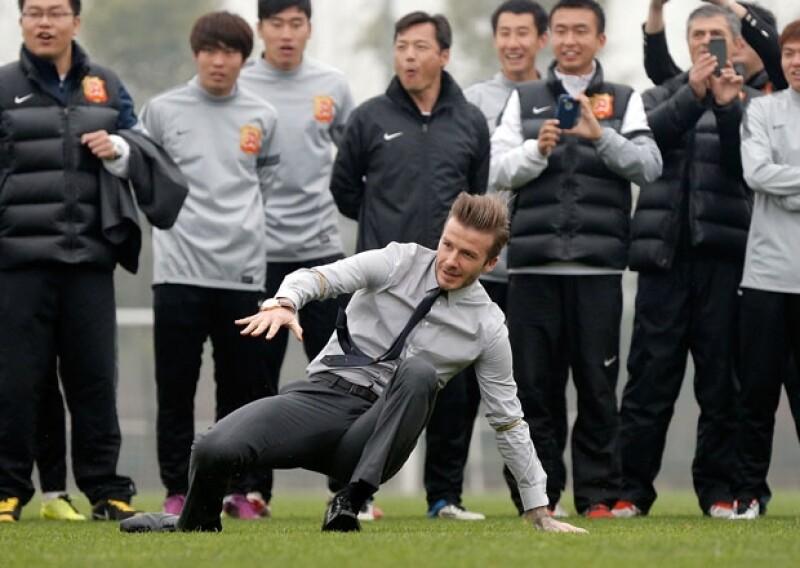 El jugador que funge como embajador de futbol en China se cayó cuando trataba de mostrar a un equipo de fuerzas básicas cómo lograr el tiro libre perfecto.