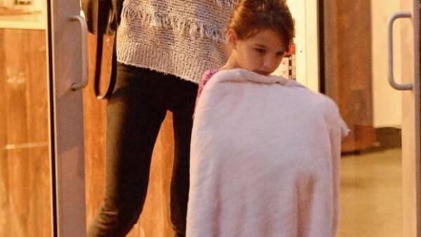 La actriz llevó a su hija de siete años al iPlaza Nail Salon en Nueva York donde la hija de Tom Cruise socializó con otra pequeña mientras le realizaban pedicure y hasta descansó un momento.