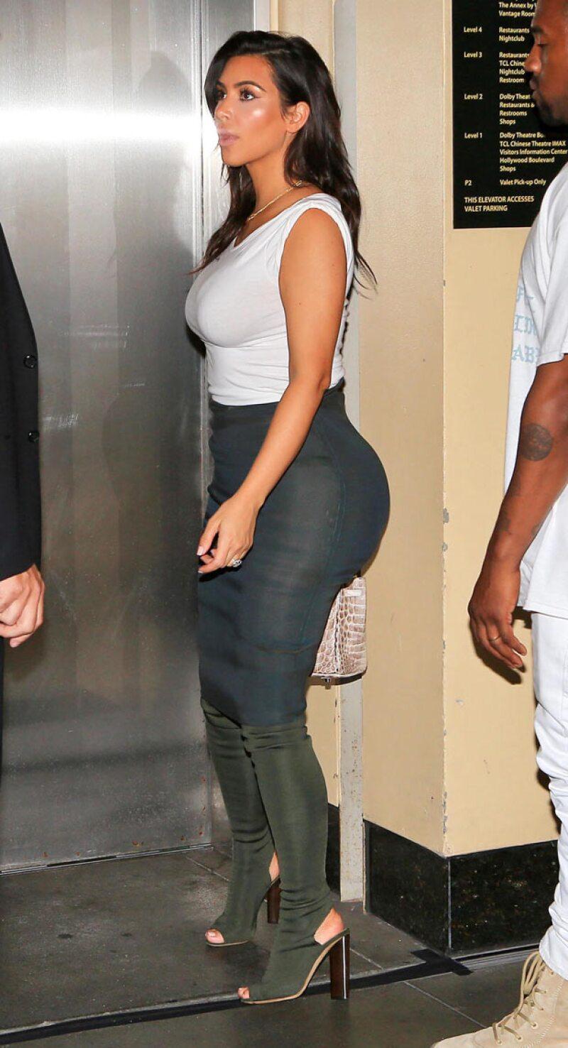 Kim Kardashian no pudo evitar que las cámaras detectaran los butt pads que usó bajo su outfit.