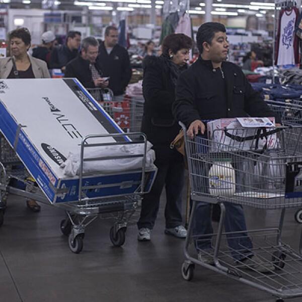 En tiendas como el Sam's Club Universidad, en el DF, hubo poca gente en el arranque de la jornada.