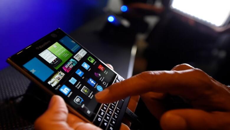 Los usuarios pueden escribir en el teclado del Passport para introducir texto, o deslizar el dedo suavemente por la pantalla para navegar a través del teléfono.
