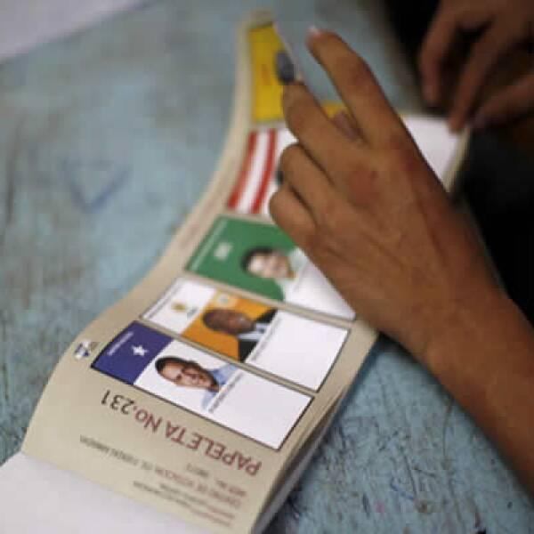 Tres procesos electorales en la semana; en Honduras, el vencedor fue el derechista Porfirio Lobo; en Bolivia, Morales sigue a la cabeza en el conteo de votos mientras que José Mújica resultó electo como en Uruguay.