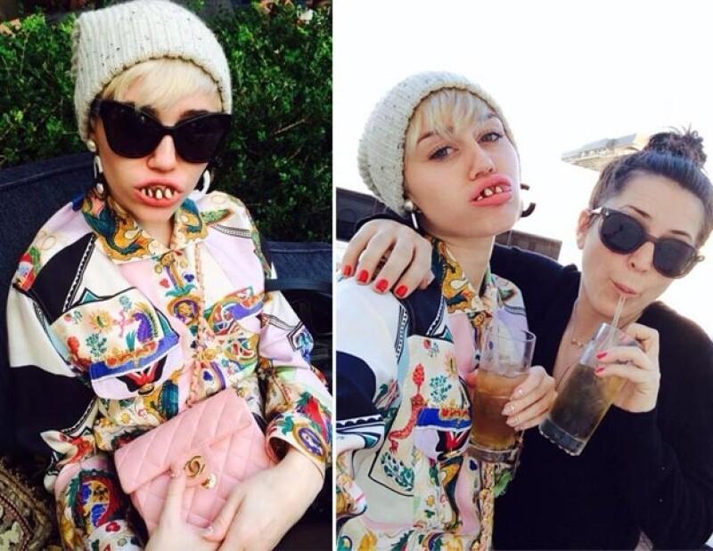 Desde hace unos días la cantante de 21 años ha compartido en su cuenta de Twitter imágenes donde aparece con una dentadura deformada y hasta pelucas que nos recuerdan a Amanda Bynes.
