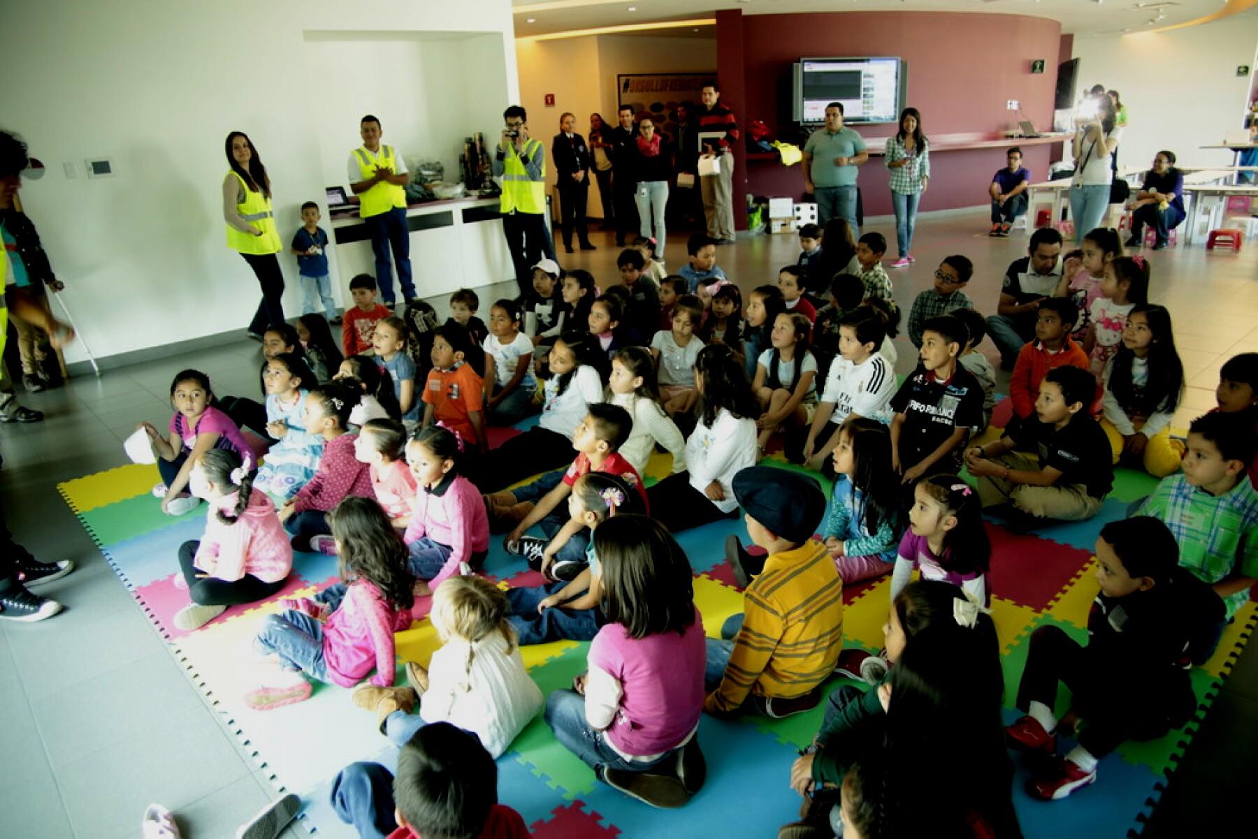 Un grupo de niños realiza las actividades de los 'I'mpossible Fridays' en una empresa.