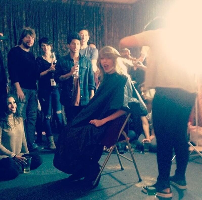Mediante Instagram la cantante mostró cómo luce ahora que se cortó su pelo, además de un video donde se ve la cantidad de gente que estuvo en el momento del corte.