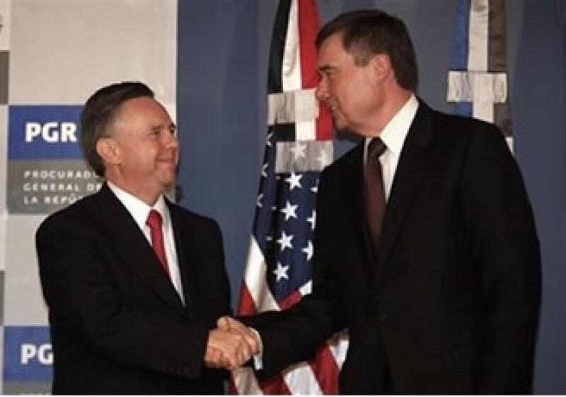Eduardo Medina Mora, procurador mexicano (izq.) y Gil Kerlikowske, zar antidrogas de Estados Unidos se reunieron en la Ciudad de México. (Foto: AP)