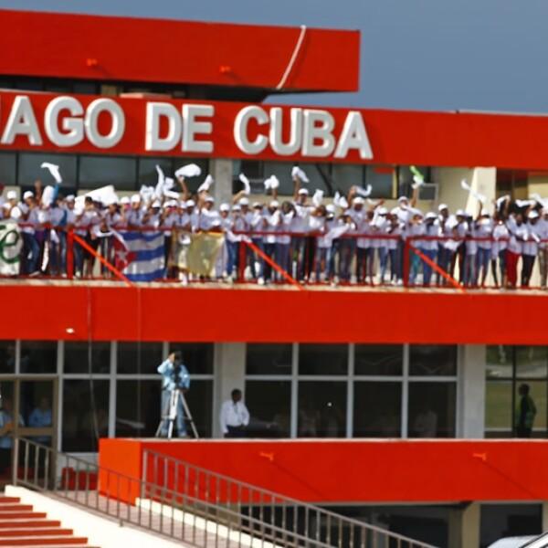 El pontífice desciende de un avión tras llegar al aeropuerto internacional Antonio Maceo en Santiago de Cuba este lunes