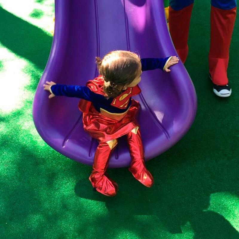 Desde días antes Mini Jacky fue festejada al disfrazarse como supergirl para asistir a la escuela.