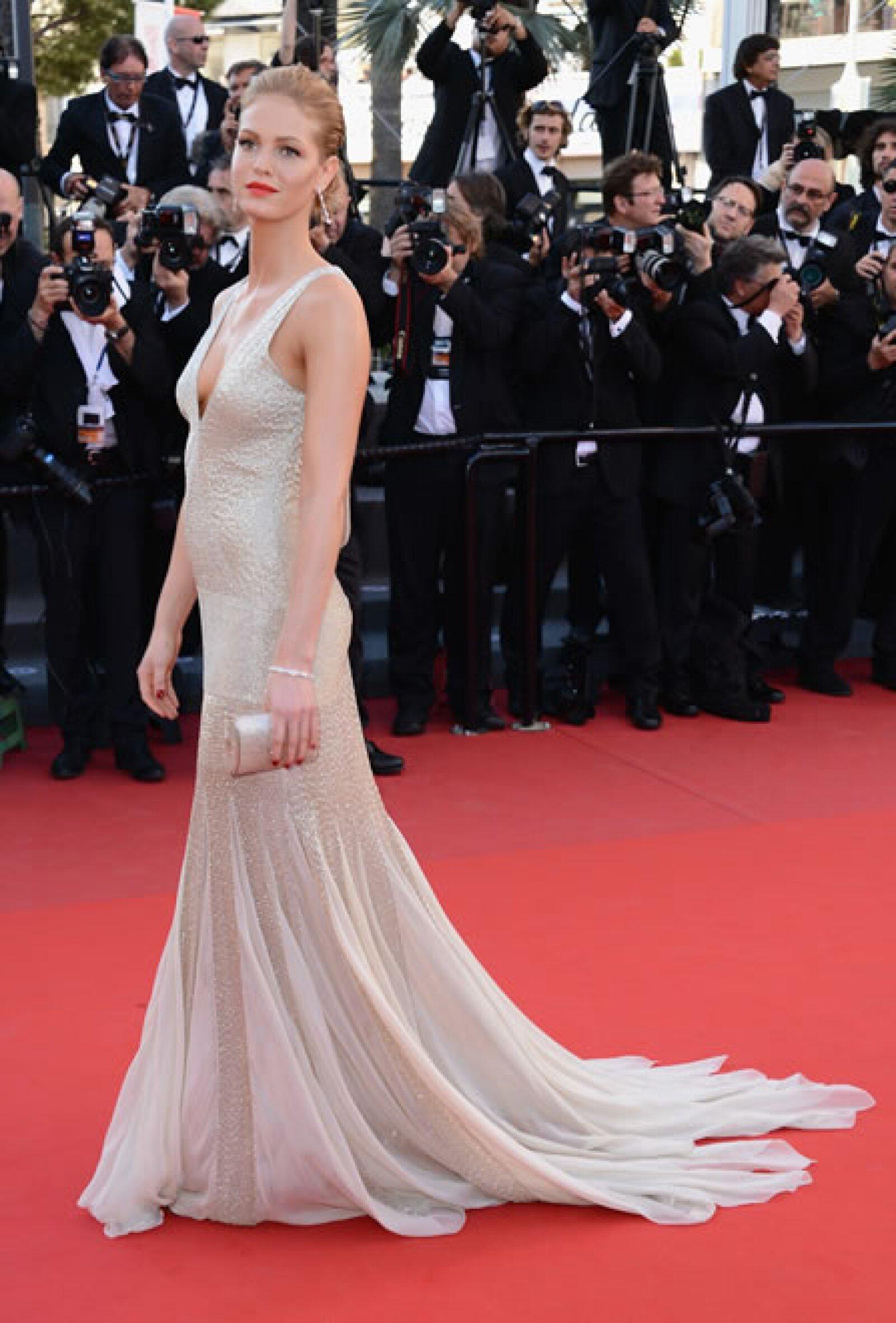 La ex de Leo DiCaprio apareció por primera vez en la alfombra roja de Cannes usando un escotado vestido de Roberto Cavalli y joyas Chopard.