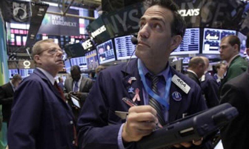 Las acciones estadounidenses bajan luego de que el índice S&P 500 registrara sus mejores dos semanas en tres meses.  (Foto: AP)