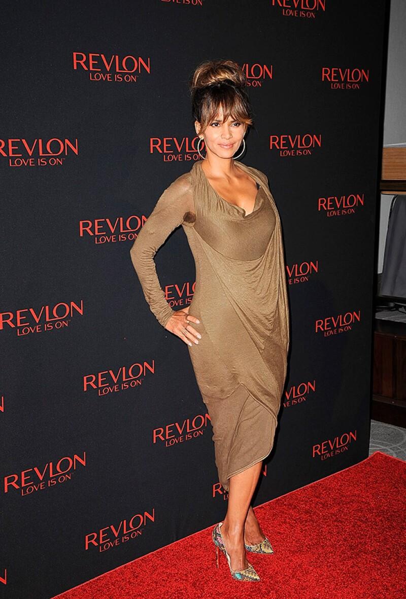Durante el evento, la actriz de 49 años lució un vestido color bronce ajustado a su sexy figura.