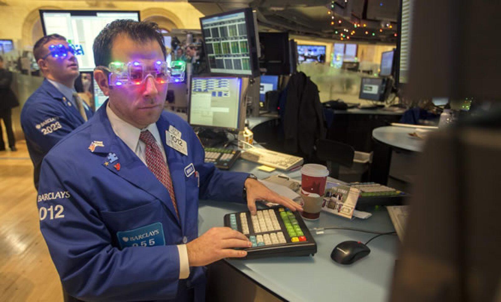Un operador de la Bolsa de Nueva York con ambiente festivo en la víspera del año nuevo.