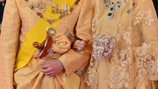 El hijo del sultán del país asiático tuvo una boda sin precedentes en la que los novios vistieron trajes de oro y la novia llevó un ramo de diamantes en lugar de flores, entre otros lujosos detalles.