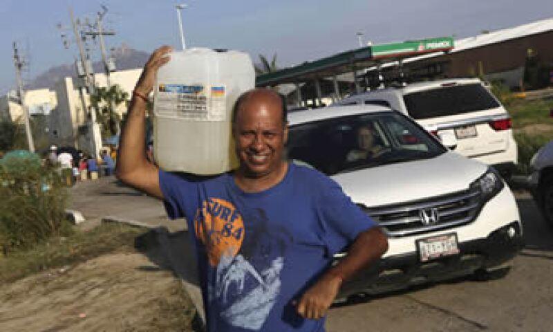 Habitantes de Los Cabos hacen filas para adquirir combustibles en las estaciones de Pemex. (Foto: Reuters)