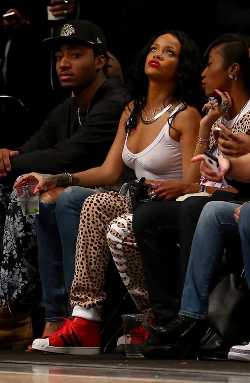 La cantante robó la atención en el encuentro de los Toronto Raptors y los Brooklyn Nets al lucir una blusa que apenas disimulaba sus curvas y dejaba poco a la imaginación.