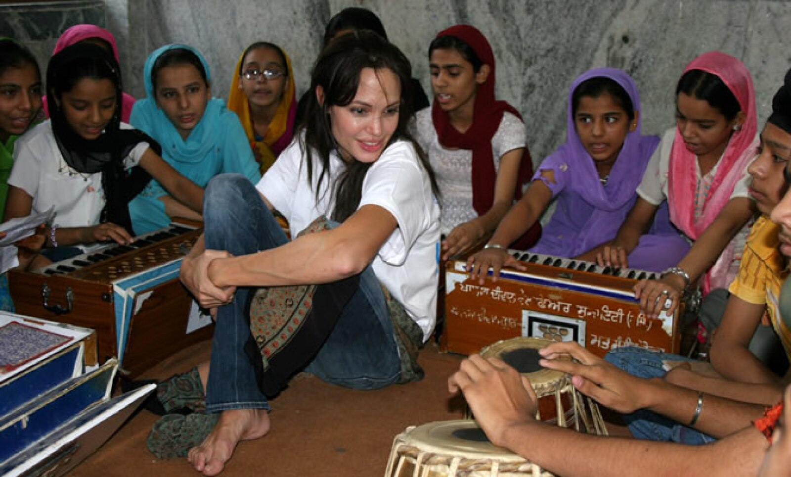 Angelina Jolie se ha dedicado a las causas humanitarias con el mismo ahínco que al cine. Visitó la India como embajadora de buena voluntad de las Naciones Unidas.