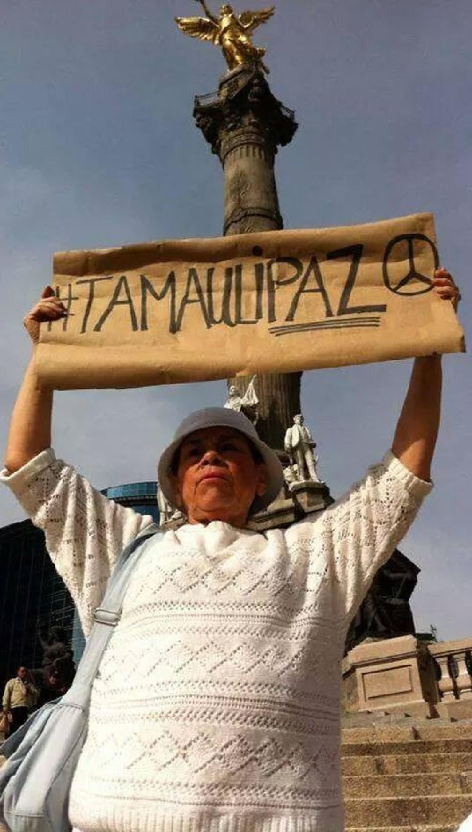 Una manifestante en el Ángel de la Independencia pidió paz para Tamaulipas este domingo