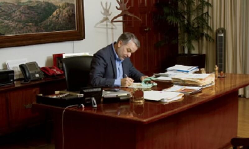 El gobernador de Jalisco, Emilio González, en su oficina de gobierno, donde da seguimiento a las políticas del estado. (Foto: Carlos Aranda / Mondaphoto)