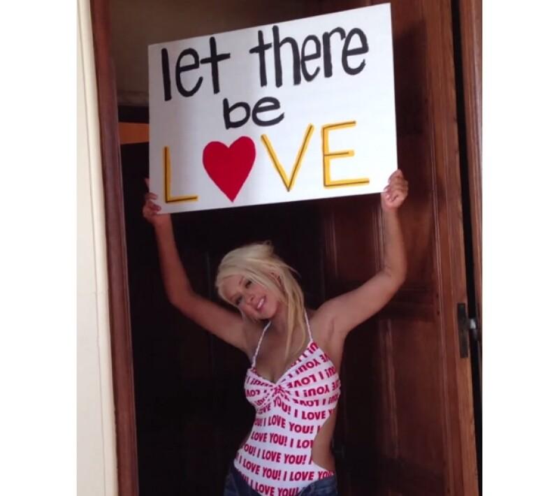 Además de lucir considerablemente más sexy y delgada, la cantante dedicó el video de su nuevo sencillo para oponerse al racismo y al sexismo, por medio de muestras de amor.