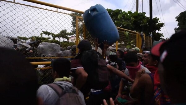 Momentos de tensión entre la policía y la segunda caravana migrante