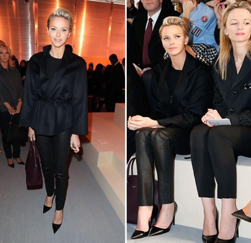 La esposa de Alberto de Mónaco estuvo presente en el desfile de la firma francesa, el primero a cargo del diseñador Nicholas Ghesquière, que sustituyó a Marc Jacobs.