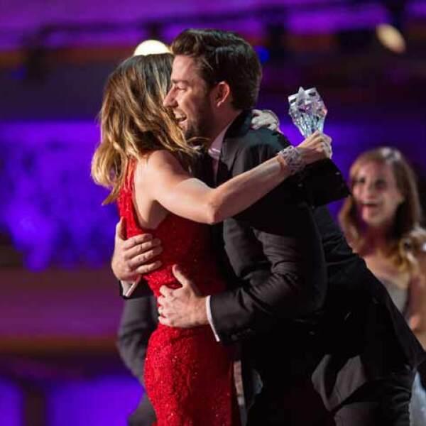 Emily Blunt fue felicitada por su esposo John Krasinski al recibir el premio a Mejor Actriz en Película de Acción por su papel en Edge Of Tomorrow.