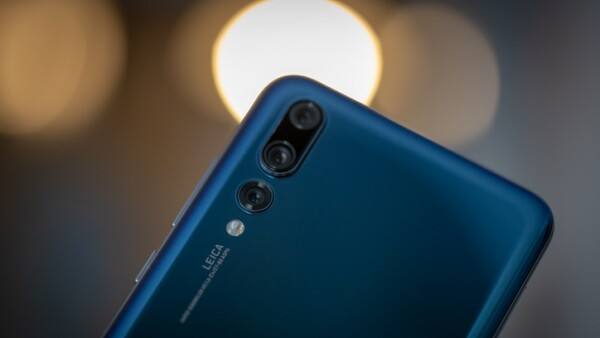 Smartphone Huawei P20 Pro in blue colour.