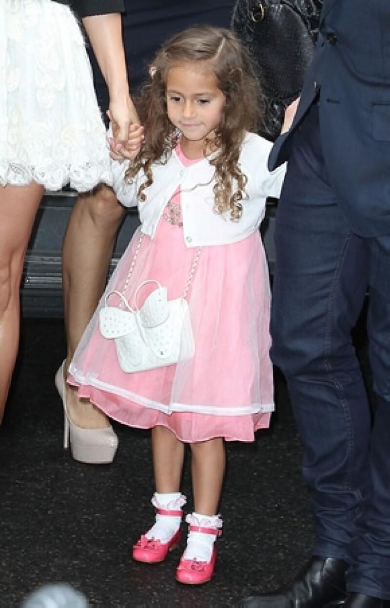 La pequeña de cuatro años estuvo en primera fila del desfile en París y aunque no parecía muy contenta, su mamá asegura que le encanta la moda.