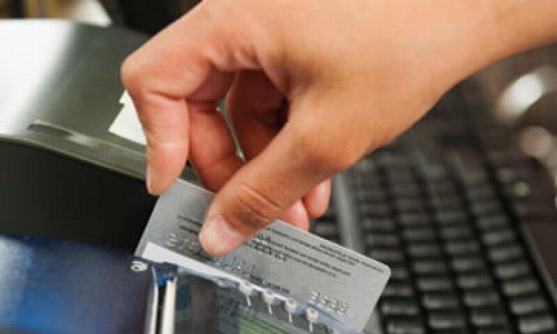Analistas sugieren que los bancos ven pocos beneficios para ellos si cambian los plásticos. (Foto: Getty Images)