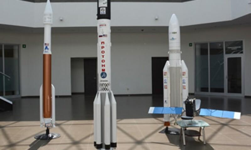 La SCT mostró réplicas a escala del satélite (der.) y del cohete que lo llevará al espacio. (Foto: Cortesía)