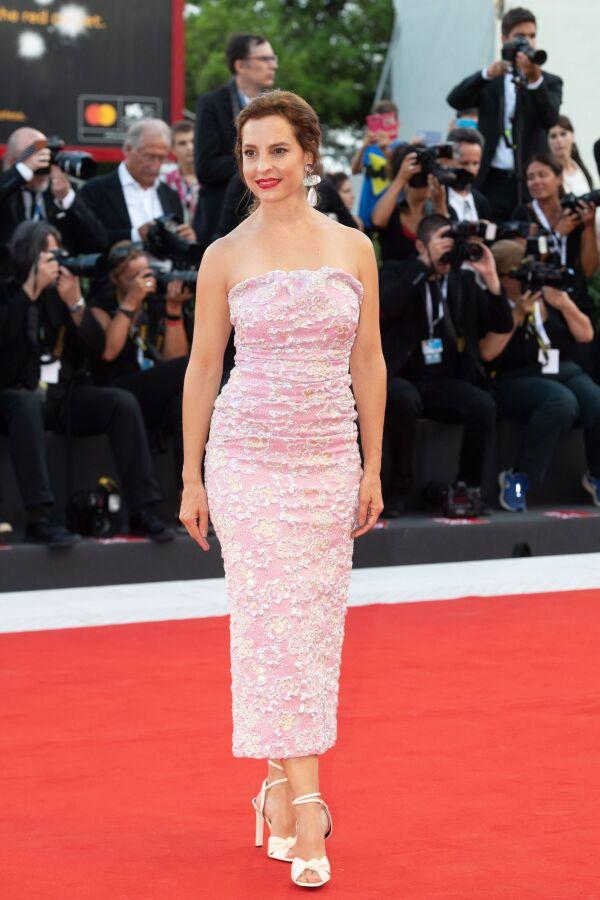 Marina de Tavira en la premiere de Roma en el Festival de Venecia con un vestido MiuMiu