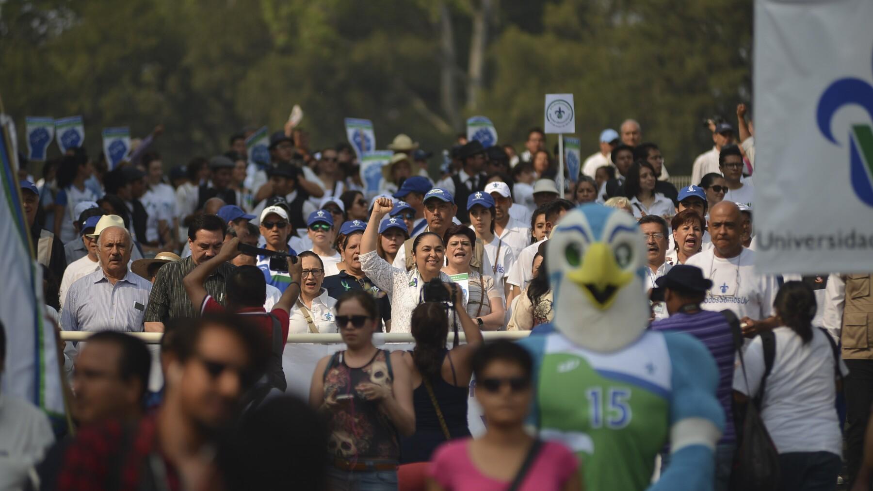 Integrantes de la comunidad de la Universidad Veracruzana (UV) han marchado para exigir al gobierno estatal el pago de adeudos.