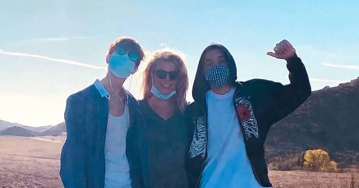 Britney Spears llora al ver a sus hijos convertidos en dos guapos hombrecitos