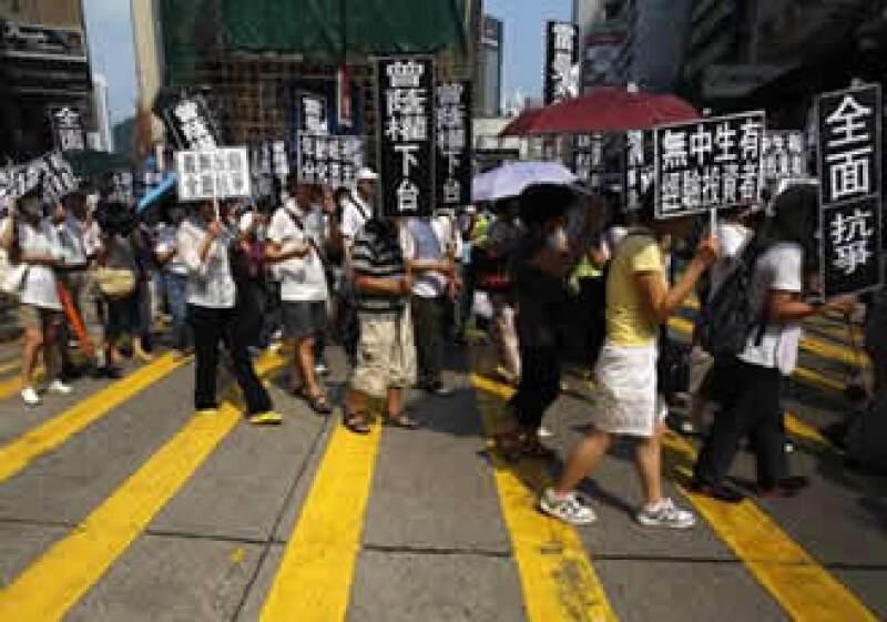 Los manifestantes exigen la renuncia de Donald Tsang, director general de la firma en Hong Kong. (Foto: AP)