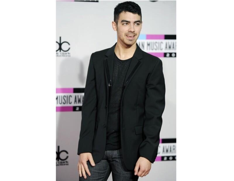 Joe Jonas lució muy guapo durante su paso por la alfombra roja de los AMAs.