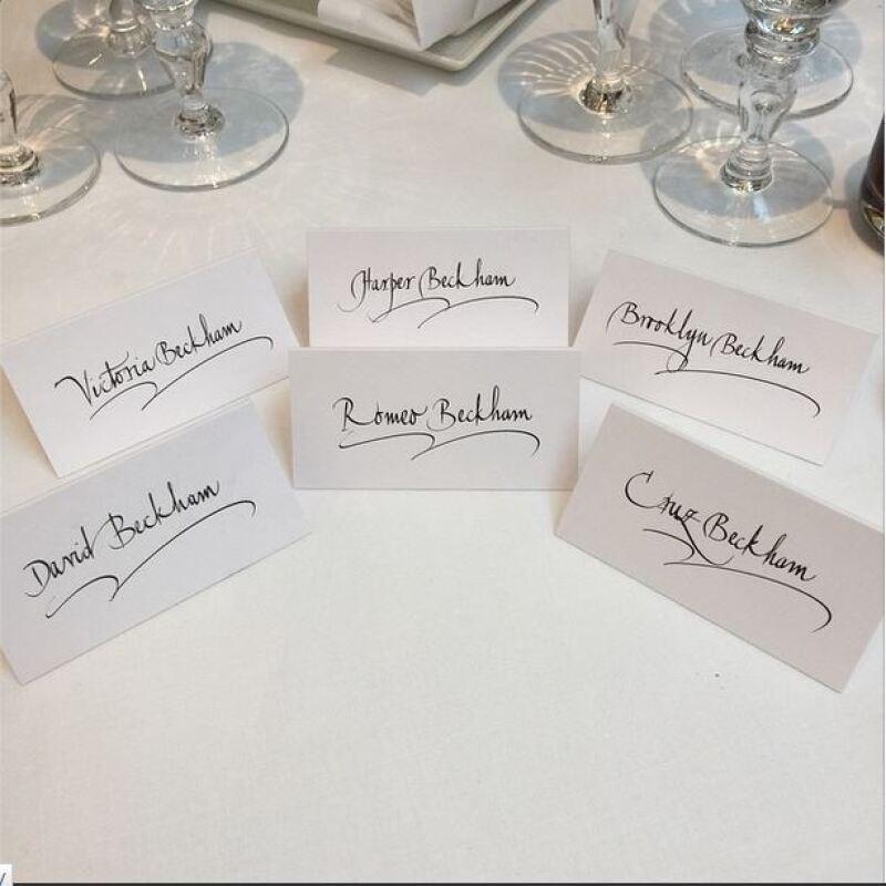 Orgulloso de su familia, Brooklyn presumió las tarjetas con los nombres de todos los miembros de su familia.