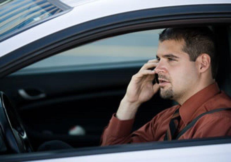 Investigadores calulcan que 2,600 accidentes mortales en EU durante 2002 se debieron al uso del celular al conducir. (Foto: Jupiter Images)