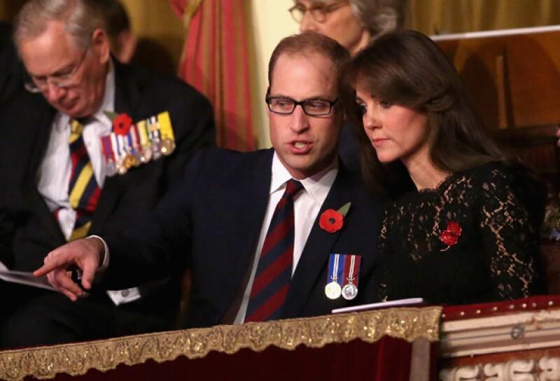Kate también estuvo atenta a las explicaciones de su esposo, cuya atención en su mayoría, fue para su abuela.