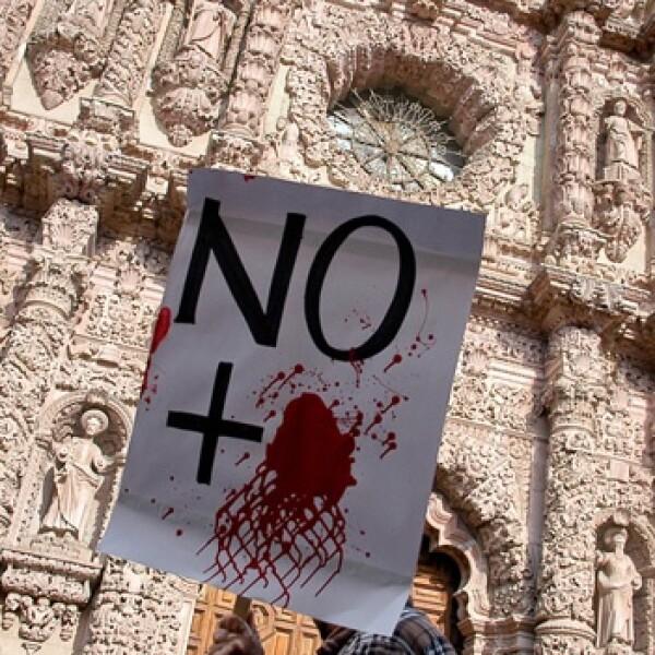 letrero de no mas sangre ante iglesia